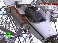 軽飛行機が遊園地の観覧車に突っ込む事故の映像。怪我人無しは奇跡だ。