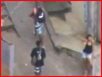 リオ・デ・ジャネイロの軍警特殊部隊により狙撃される麻薬の密売人