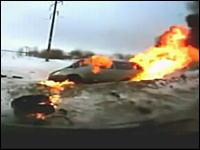 ロシアの交通事故。スリップ⇒正面衝突⇒炎上⇒逃げる!これはあぶねえ