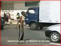 無理に渡ろうとした少年が車に撥ねられてしまう衝撃映像 しかしそのまま立ち去る