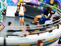 遊園地の回転アトラクションの上で無茶しているギャル二人組の映像w(゚o゚)w