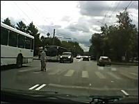 これはGJ。素晴らしい行いをしたドライバーにロシアが感動。心温まるビデオ