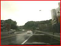 雨の日の恐怖動画。目の前を走る車がスピンして対向車線へ⇒ガシャーン
