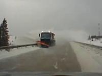 除雪車が舞い上げた雪で視界ゼロと思ったら急に対向車がバーン!w(゚o゚)w