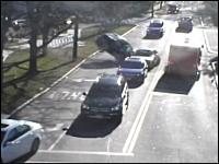 スーパーの駐車場から物凄い勢いで歩道を飛び越え道路に飛び出した車。