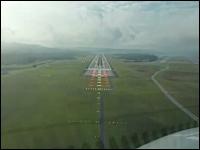 雲がこんなに低い事ってあるんだ?雲を抜けたらすぐ滑走路なエアバスA320