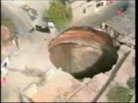 グアテマラの市外地に突如出現した巨大な穴のムービー見つけた