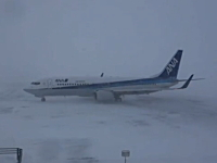 猛吹雪のなか着陸してきたANA便。オホーツク紋別空港。やっぱ飛行機もスタッドレス?