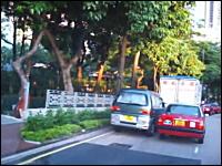 これはあほいwww一台分の車線で争う二台の車。どんだけ意地っ張りwww