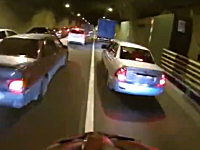 速すぎwww3車線のトンネル内を自転車ですり抜けする野郎がハンパない。