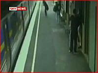 一瞬目を離した隙に駅のホームからベビーカーが転落、そこへ電車がっ!