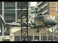 クリスマスツリーの設置作業をしていたヘリコプターが墜落してしまう瞬間。