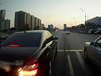 これはGJ。交差点内で立ち往生している車をささっと助ける優しいライダーさん