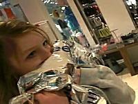 ヘリウムガスを大量に吸った女の子がぶっ倒れてしまう。下手したら死んでる