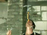 ハンマーでジャグリングしながら釘を打つ神動画!これはリアル?フェイク?