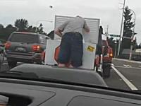 赤信号キタ―(゚∀゚)―!!移動アイスクリーム売りに大盛り上がりな野郎たち。