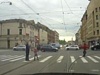 ロシアは今日も安定のおそロシア。子供連れのお父さんが車に向かって発砲