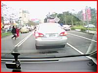 道路を横断していた女の子が母親の目の前で車に跳ね飛ばされてしまう映像