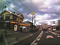 マクドに入ろうと減速した軽自動車に後ろからトラックがドーン!横転ころりん