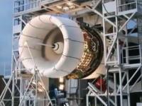 航空機用ジェットエンジンの故障実験。ファン・ブレードがたった一枚脱落するだけで