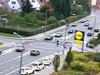 ロータリー交差点のルールを理解していない人たち。これは危ないだろwww