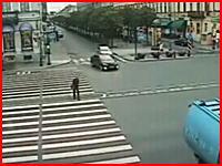 悲惨な交差点事故の瞬間。歩行者が飛んできたバイクに跳ね飛ばされる