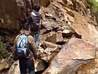 ハイキングを楽しんでいた少年が落石の直撃を食らってしまう映像。安否不明