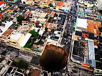 3階建ての建物が飲み込まれて1人が死亡したグアテマラの謎穴動画
