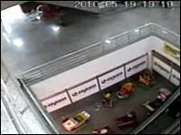 これはGJすぎる!上の階から落下した子供を見事キャッチする店員さん