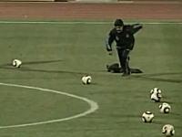 アルゼンチン代表の公開練習 マラドーナ監督が巧みにコースを突いたFKを決め、各国記者のため息を誘う