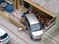 この家の住人は毎日こうして駐車しているのか?難易度の高すぎる駐車場