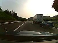 おお~これは違法だ。高速道路でトラックを煽りまくるスバルのインプレッサ