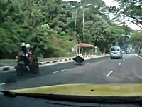 これは危ない。落ちていた鉄板にヒットして転倒してしまう二人乗りバイク。