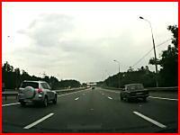 これは叫ぶしかない・・・。高速道路で後ろから凄い勢いで突っ込まれるドラレコ