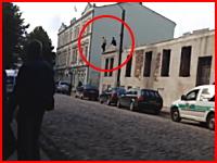 これが人間が飛び降りた時の音。屋根からダイブした男が地面に激突して。