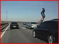 高速道路の中央車線に車を止めて外に出ていた男性がモロに轢かれてしまう