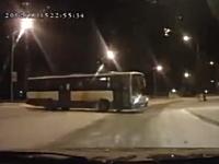 これは神回避。雪道でスピンして突っ込んでくるバスからバックで逃げた車