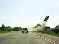 これは離陸レベル。事故った車が信じられないほどぶっ飛んでしまう映像。