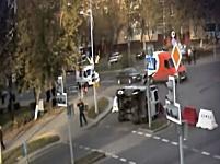 横転して自らの車に下敷き寸前な事故動画。交差点で事故った警察車両が