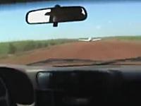 映画かよw飛行機で逃げようとする犯人に車で体当たりして停止させるポリス