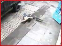 タイヤを千枚通しでパンクさせようとした男。破裂した勢いで大怪我・・・。中国