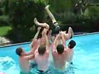 プールで順番に投げ合いっこしてたら、投げすぎてしまってプールサイドへw