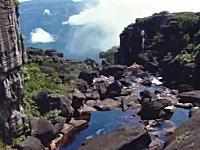 なんという神秘的なビデオ。ギアナ高地の世界最大級の滝を上から撮影してみた