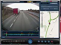 大型トレーラーが高速道路で逆走してきた乗用車と正面衝突してしまう瞬間
