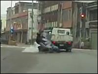 信じられない?事故現場。お前らそれでいいのかよwwwバイクvsトラック