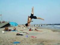 こいつらただ者じゃねえ!ビーチ+バランスボールな神動画。これはカッコイイ。