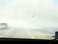 視界ゼロならスピードを落とせよドラレコ。煙の向こうに急に車が現れて。