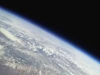 こんな高度まで打ち上がってもまだ大気圏内という不思議。成層圏までの飛行
