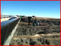 死のジャンプ。橋の上からのベースジャンプでパラシュートが開かずに落下