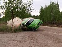 7秒でどーん!動画。事故ったBMWがカメラにどーん!固定カメラで良かった